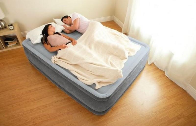 Двухспальная надувная кровать со встроенным насосом