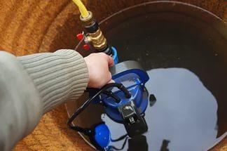 Бочковой насос погружают в емкость для организации выкачки воды