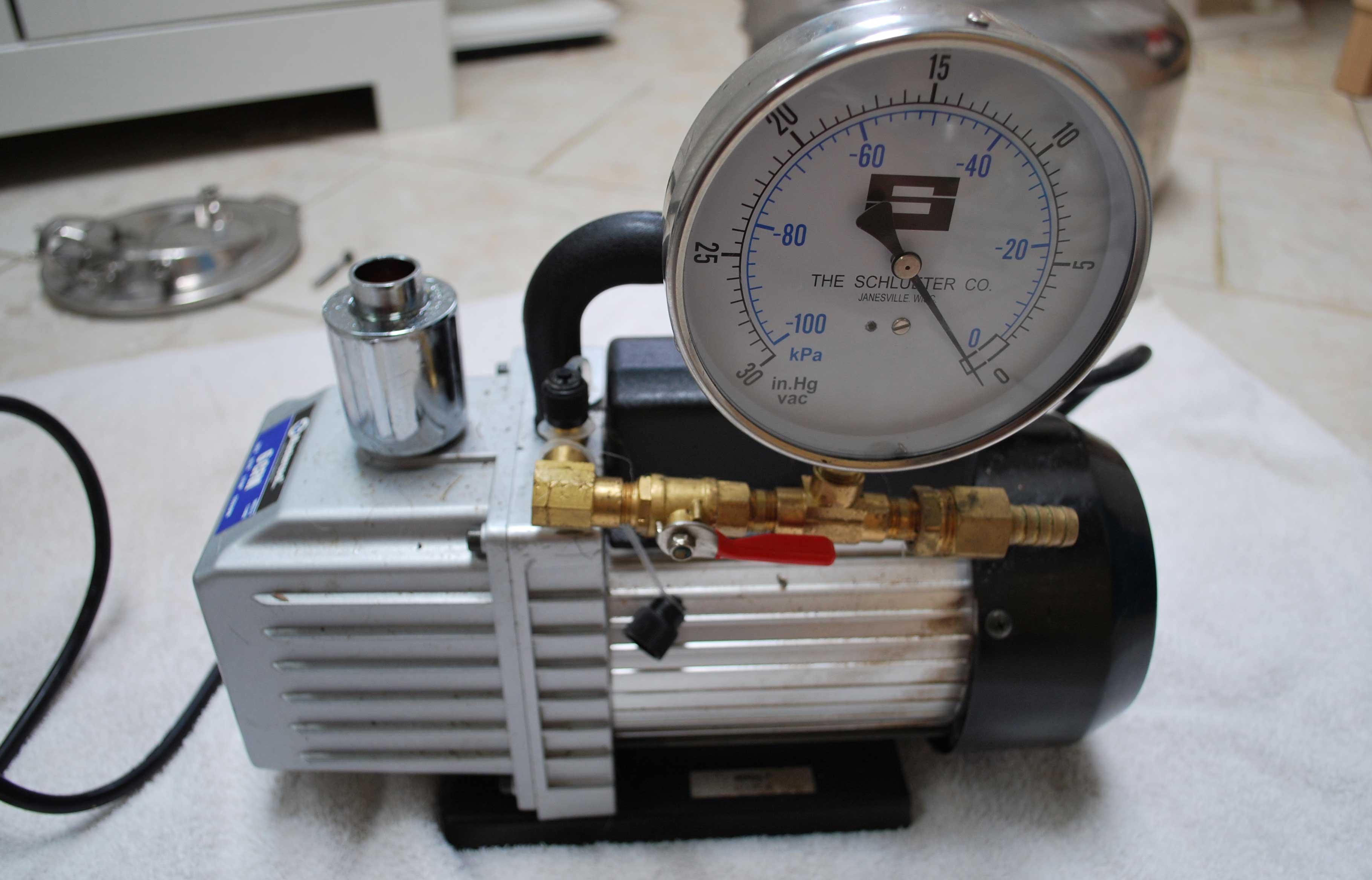Вакуумный насос для откачки воздуха с манометром