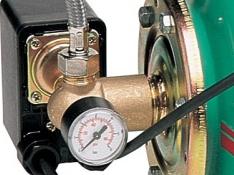 Манометр и реле давления насосной станции
