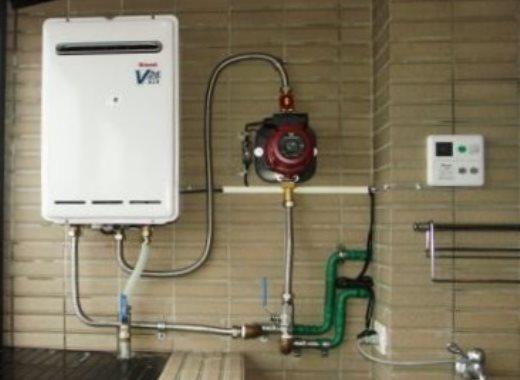 Место насоса повышения давления относительно газовой колонки