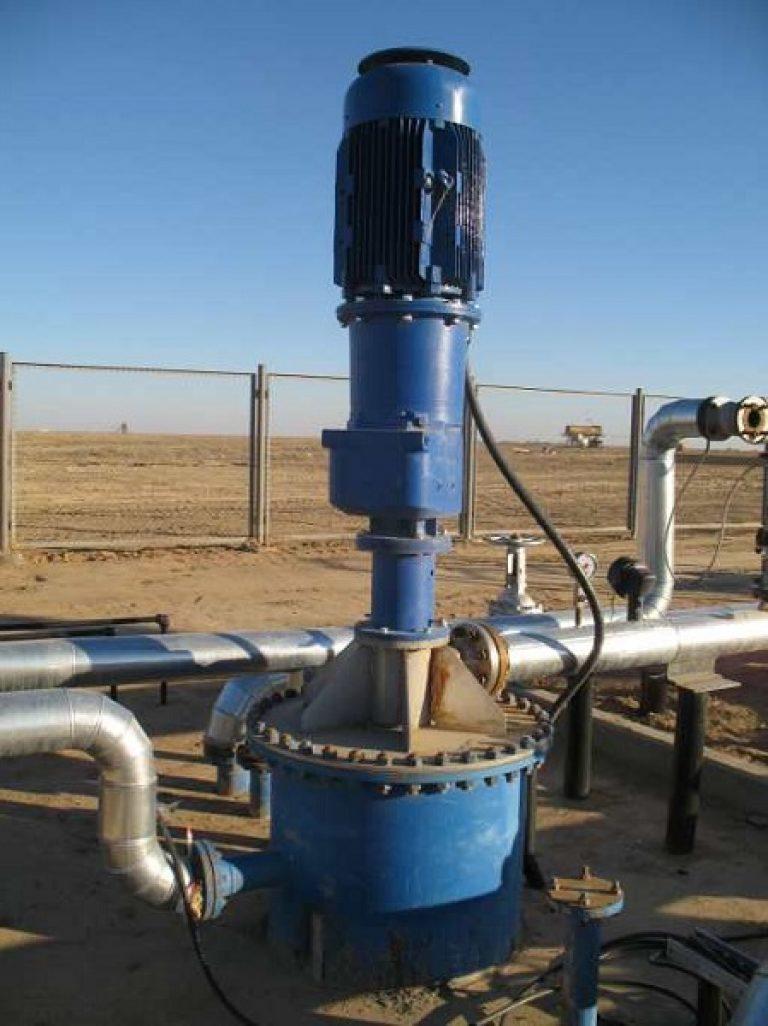 Вертикальный насос на промышленном трубопроводе